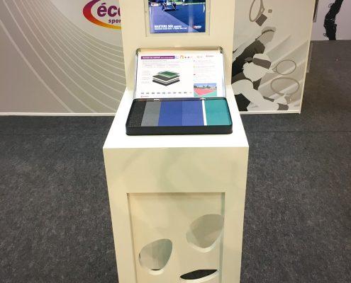Conception stand Ecoplas avec banque d'accueil, bornes interactives pour Ecoplas