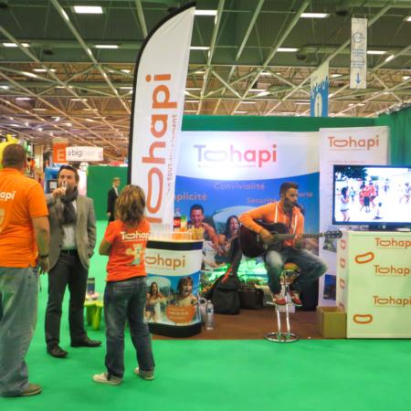 Stand d'exposition displays pour Tohapi. Drapeaux murs d'images et banque modulables.