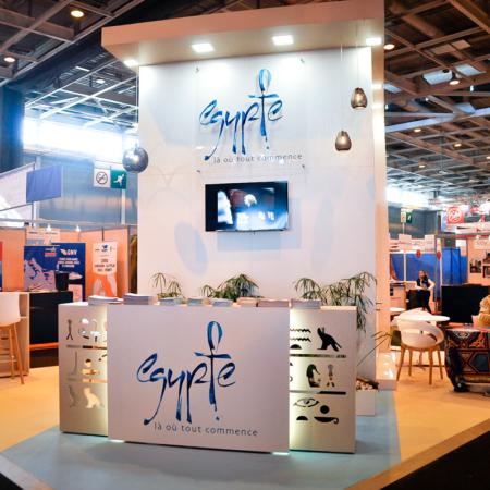 Stand en menuiserie avec découpe numérique, décoration egyptienne et plancher technnique pour le salon MAP Paris