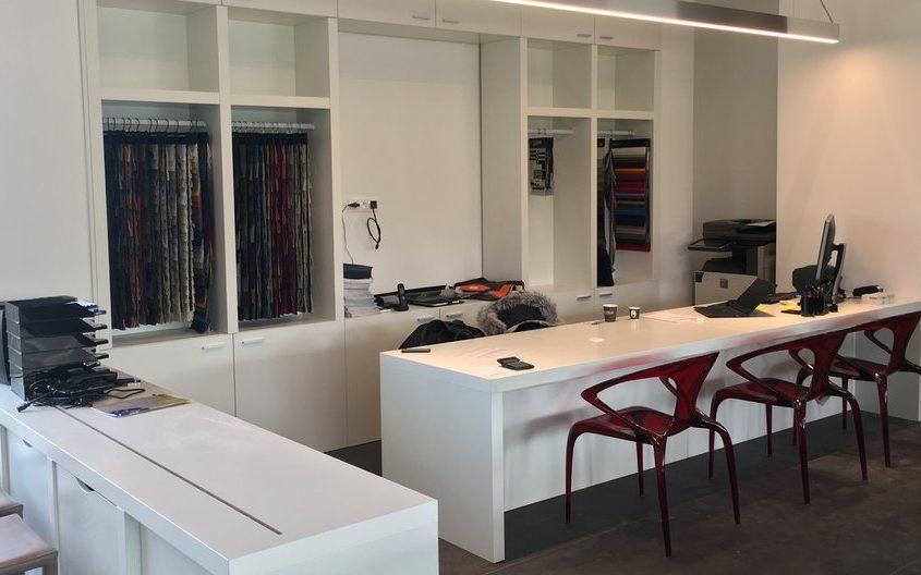 Agencement des bureaux des Magasins Roche Bobois en région parisienne. Conception fabrication et pose