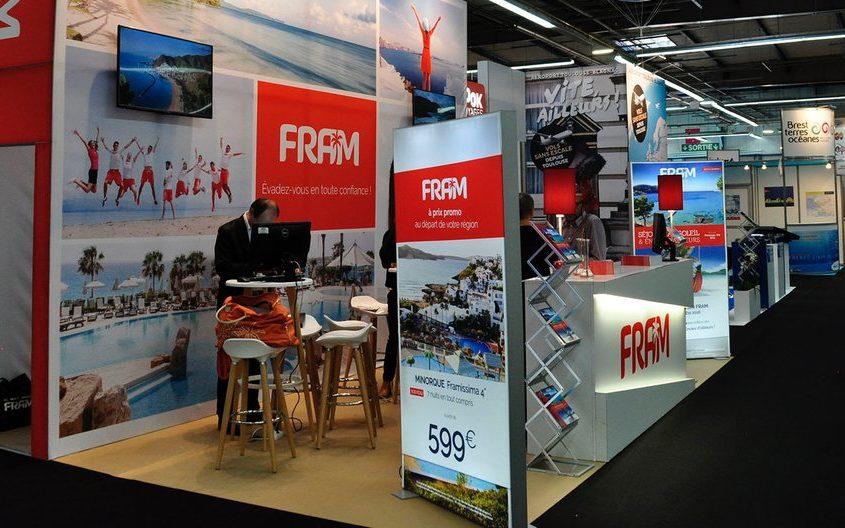 Stand modulable avec mensuierie et totem rétro éclairés pour un grand format de communication sur salon du tourisme à Rennes.