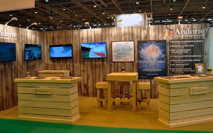 Stand nature avec intégration de plasma sur cloisons - banques bois nature PEFC pour le Salon MAP Paris.