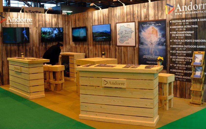 Stand nature pour le salon MAP à Paris, avec banques bois nature PEFC et intégration de plasma sur cloisons.