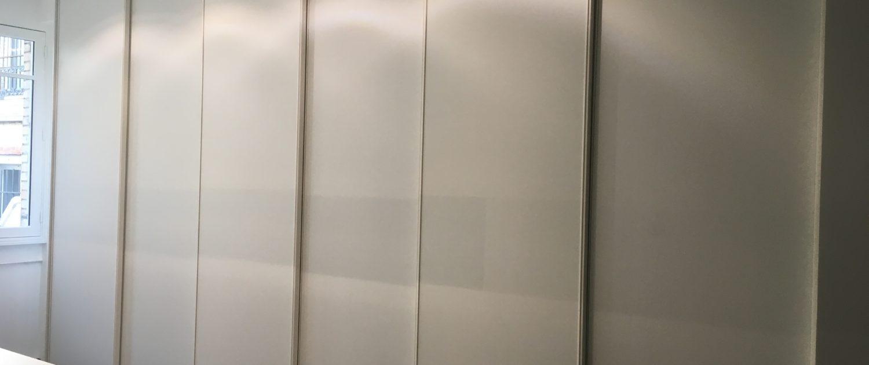Fabrication et pose d'un meuble de rangement avec portes coulissantes pour le magasin Roche Bobois Grande-Armée