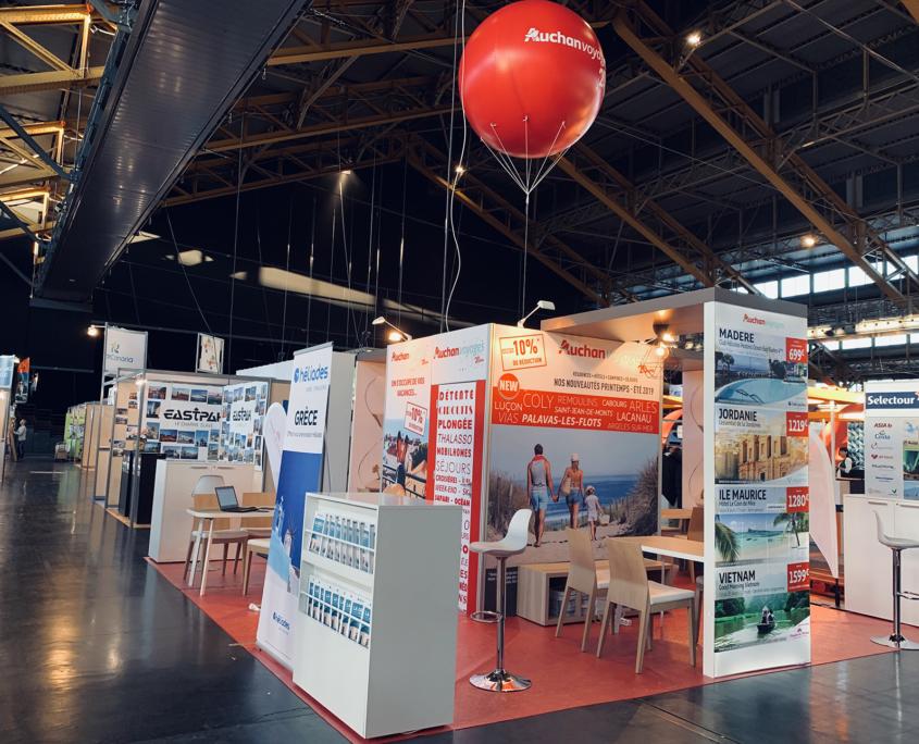 Fabrication de stand tournant - conception et aménagement logistique sur 3 salons en France (Lille Paris Lyon) tissu tendu - oriflammes - menuiseries personnalisées - ballon gonflable mobilier et luminaires