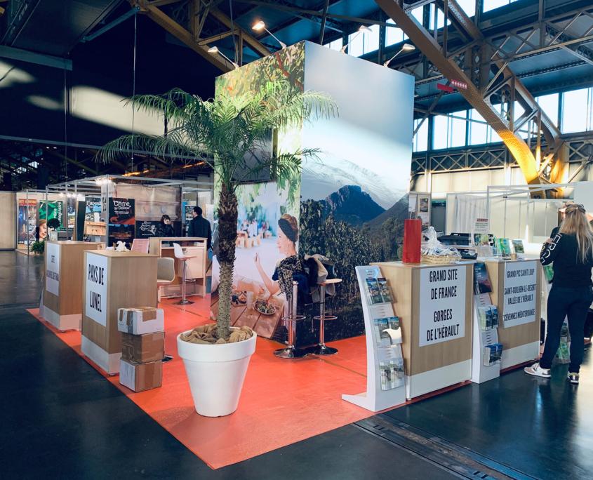 Conception et aménagement stand Office Tourisme Montpellier - stand pavillon avec réserve 100% tissu tendu récupérable - Plasma 50 pouces - mobilier sur mesure - salons expositions stands