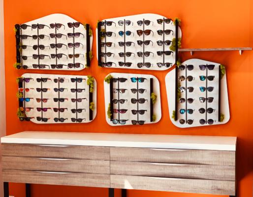 Conception création agencement de magasin sur mesure - scénographie et fabrication installation de menuiseries, métalleries bois brut et végétation stabilisée
