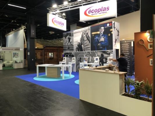 Conception fabrication et installation stand personnalisé Ecoplas - Menuiserie avec écrans tactiles - Impression tissus tendus - empreintes moquettes tablettes incrustées et mobilier sur mesure.
